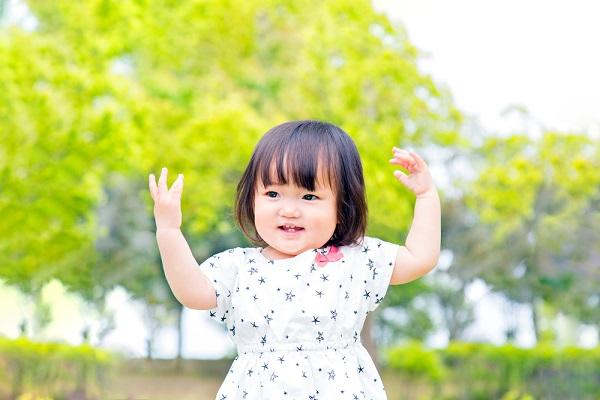 手遊びをする女の子の写真