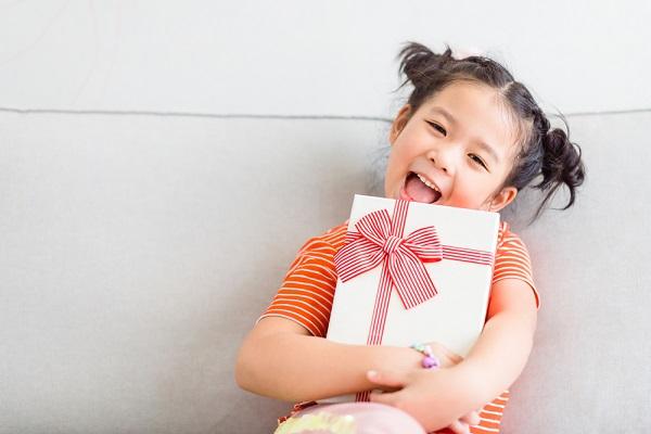 プレゼントを持つ女の子