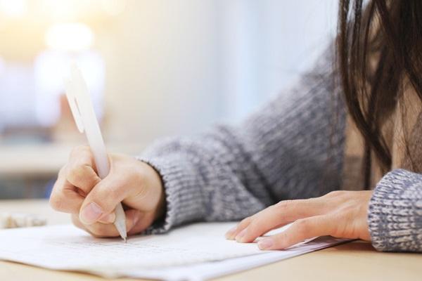 勉強をする女性の写真