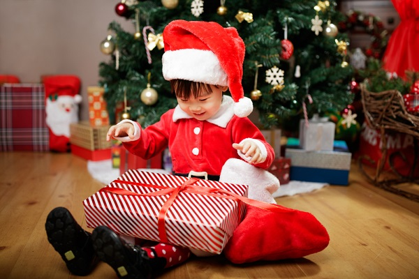 プレゼントをあける子ども