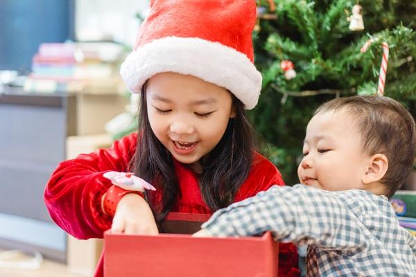 クリスマスボックスを開ける子ども