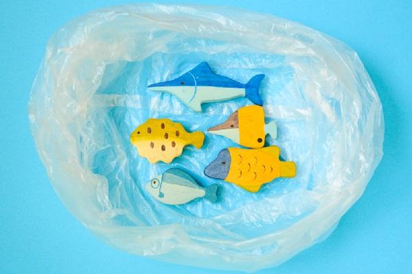 ビニール袋を使った製作。保育園で楽しめる凧やこいのぼりなどのアイデア