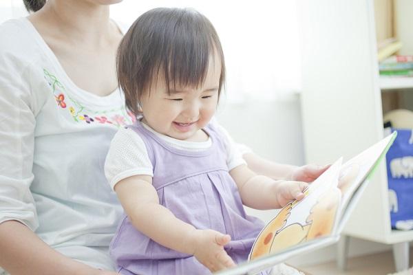 絵本を読む子どもの様子