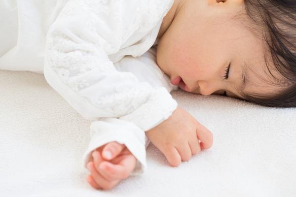 午睡する女の子の写真