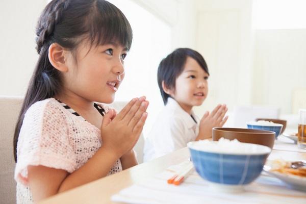 ご飯を食べる子どもの写真