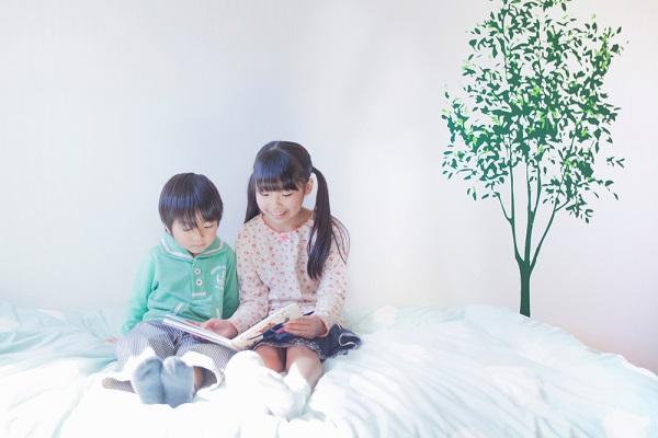 絵本を読む子どもの写真