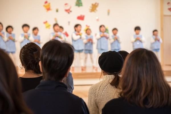 発表会の子どもを見守る親