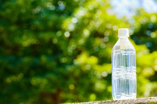ペットボトルを活用した絵の具遊びのアイデア。色水やスポンジスタンプなど