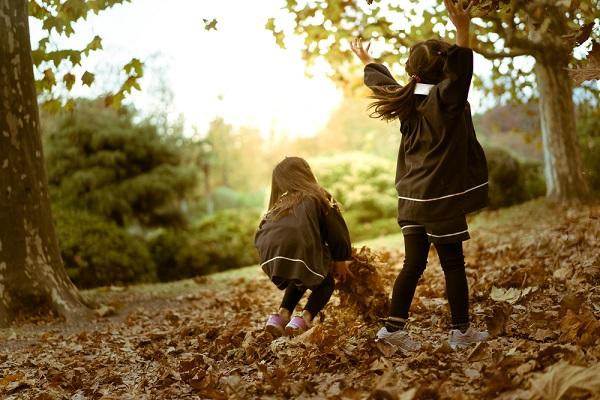 落ち葉で遊ぶ子どもたち
