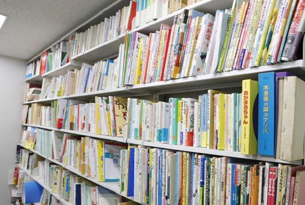 大豆生田先生の研究室にある絵本の様子