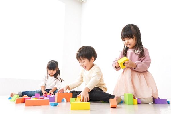 積み木で遊ぶ子どもの写真