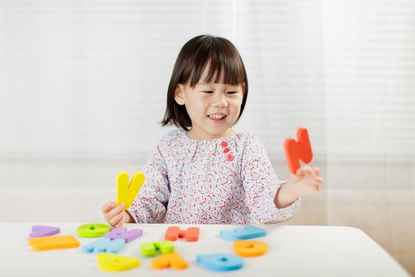 パズルで遊ぶ子どもの写真