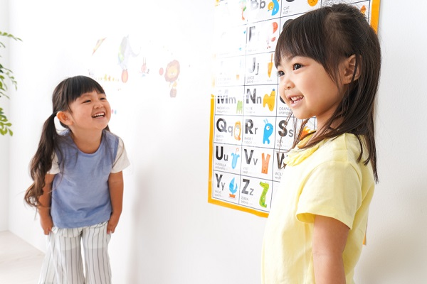 英語を学ぶ子どもの写真