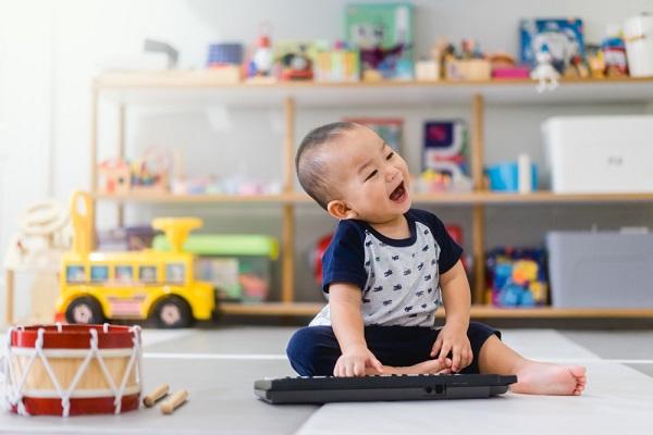 楽器で遊ぶ男の子の写真