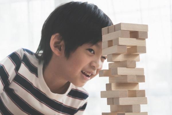 積み木をする男の子の写真