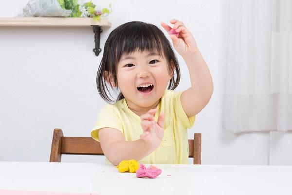 保育で使える感触遊びのアイデア9選。乳児から楽しめる寒天やパン粉の遊び方