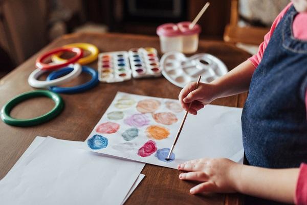 絵の具遊びに使える技法9選。はじき絵やデカルコマニーなど遊び方アイデア