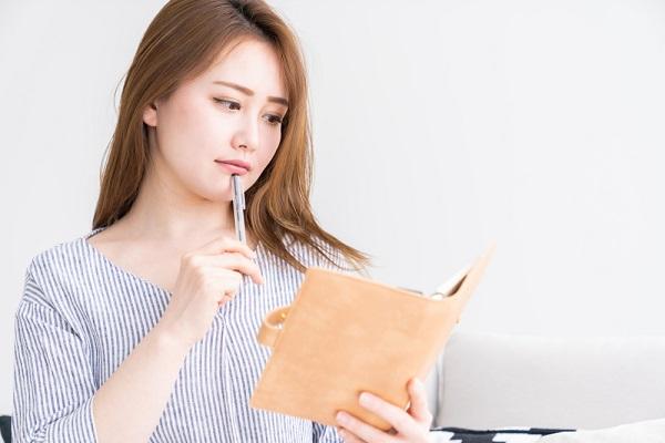 ノートを見ている女性