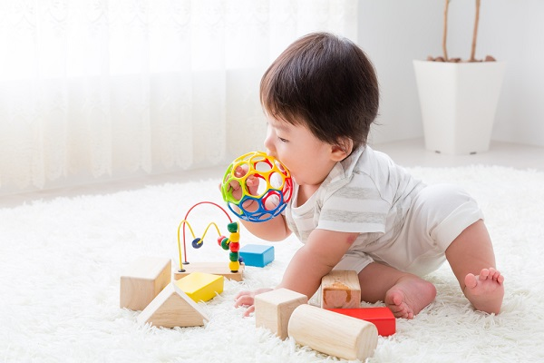 室内遊びをする乳児の写真