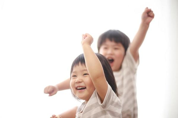 手を挙げる子ども