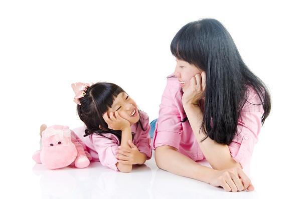 子どもにミラーリング効果を使う保育士の写真
