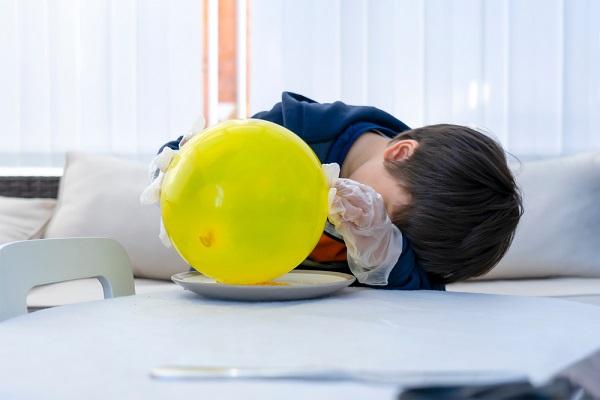 風船を使って実験する子ども