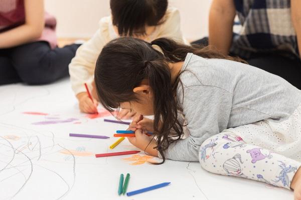 お絵描きをする子ども