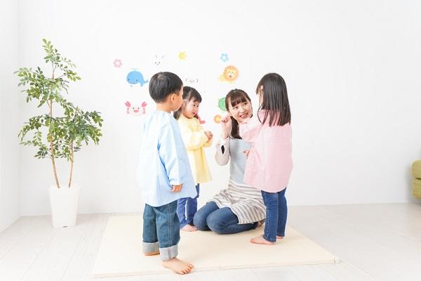幼稚園の先生と子ども