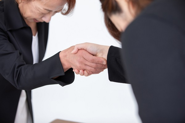 握手をする女性