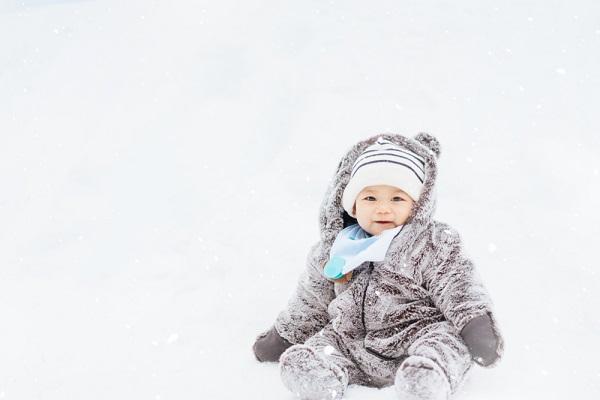 雪で遊ぶ子ども