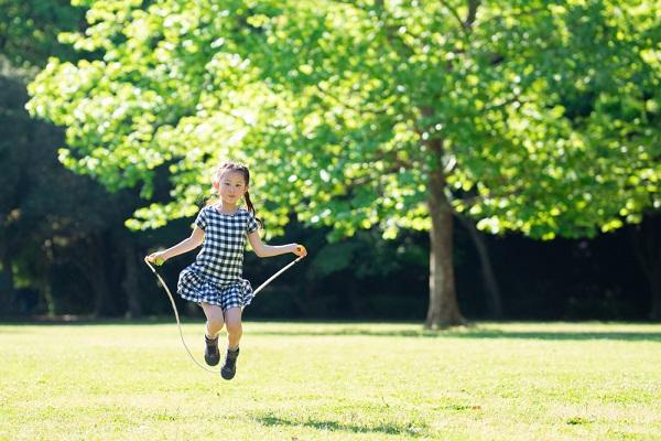 縄跳びの上手な教え方。子どもが跳べるようになるコツや縄の長さを解説!