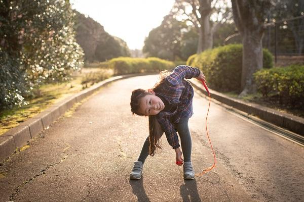 縄跳びで遊び女の子の写真