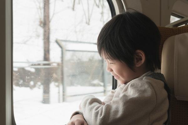 電車に乗る子どもの写真