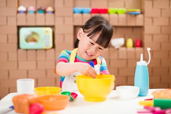 保育室で手作りのままごとをしよう。遊びに使えるキッチンや食べ物などのアイテム