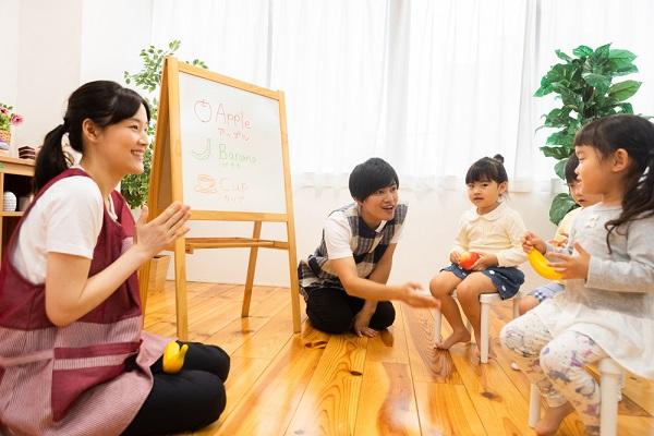 子どもをぐっと惹きつけるネタ9選。保育の導入などに役立つ手遊び歌やクイズ
