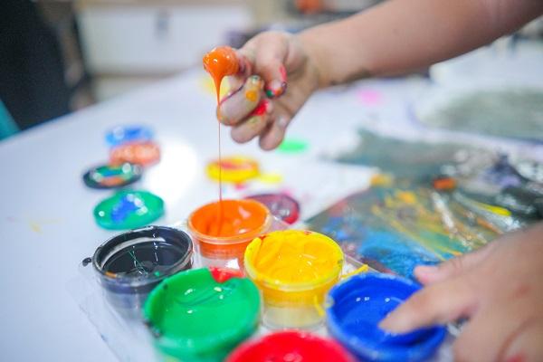 絵の具遊びをする子どもの手