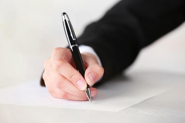 ペンを持つ手元