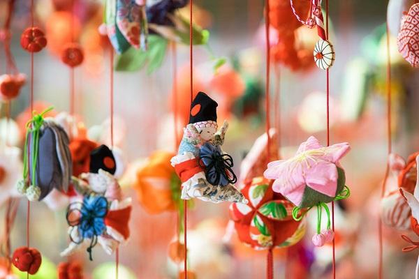 ひな祭りの製作につるし雛を作ろう。折り紙や紙皿を使ったアイデア