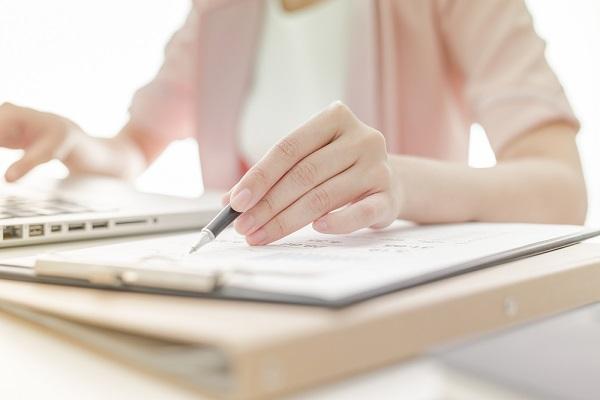 書類を書く女性の写真