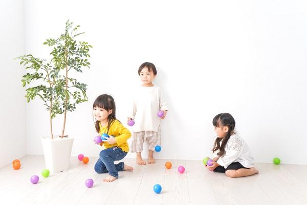 ボールで遊ぶ子ども