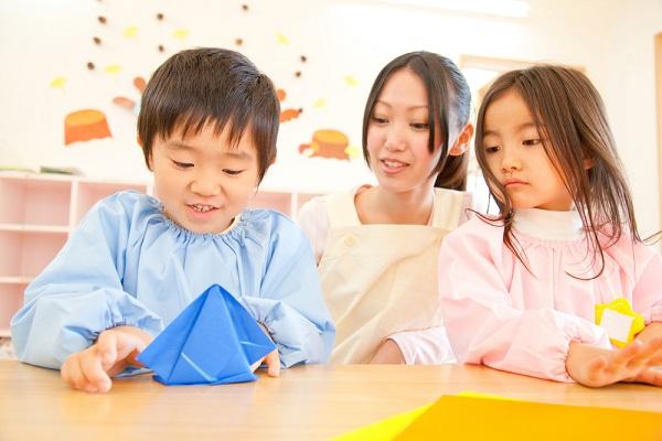 折り紙をする子どもの写真