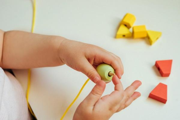 紐を通すおもちゃ