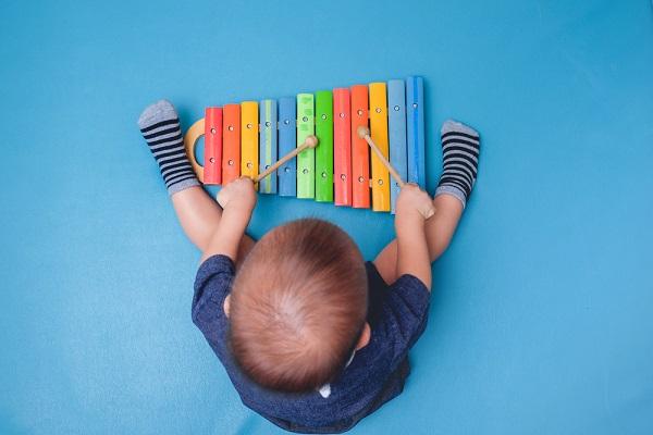 子どもが夢中になるリズム遊び。保育に役立つ楽器やゲームを取り入れた楽しみ方
