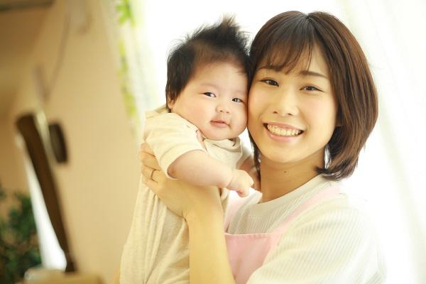 赤ちゃんを抱っこする保育士さん
