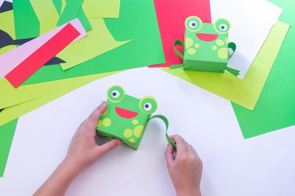 【梅雨】保育園でカエルの製作をしよう!ぴょんぴょん跳ねるものや時計などのアイデア