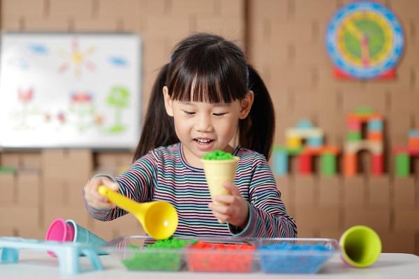 アイスクリームごっこをする子どもの写真