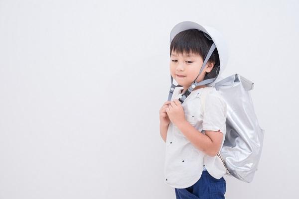 避難訓練をする子どもの写真