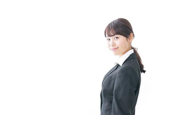 スーツの女性の写真