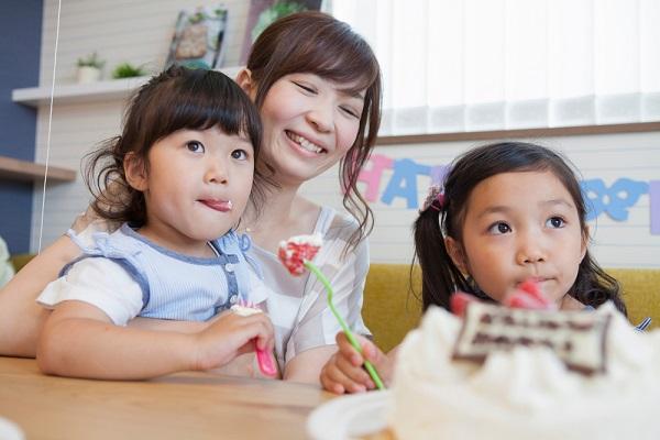 ケーキを食べる子ども