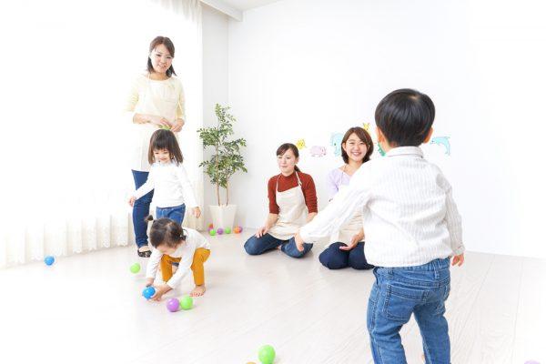 保育士と子どもが遊んでいる様子